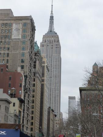 Vue sur l'Empire State Building depuis l'extérieur.