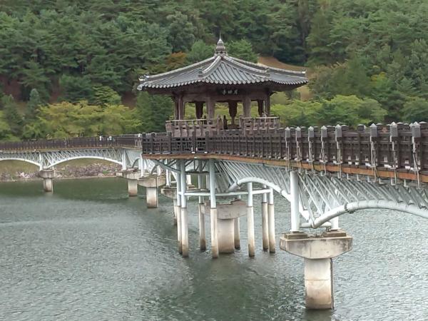 Pont vers le village folklorique de Andong