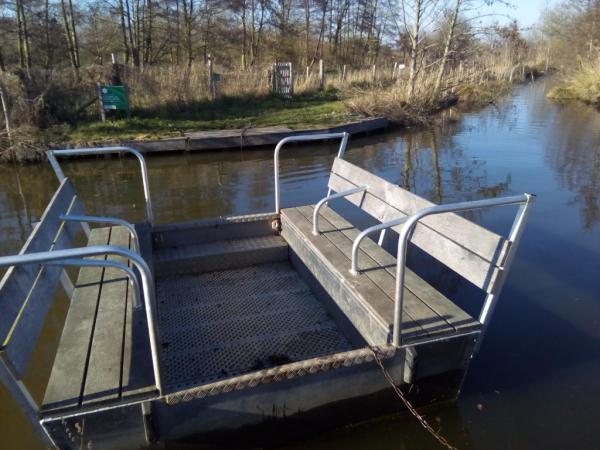 Petite barque proposée pour traverser le Marais.