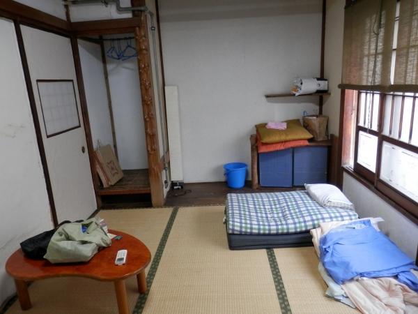 Chambre en cours de nettoyage après 3 semaines d'habitation. Pas d'étagères, peu de meubles (table, petite commode) comme toute maison traditionnelle, ce qui... se comprend largement en cas de tremblement de terre, aucun risque de chute d'objet (vécu).