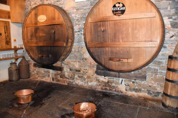 Les tonneaux distributeurs de vin de pomme français et espagnol