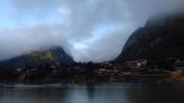 village sur la rivière