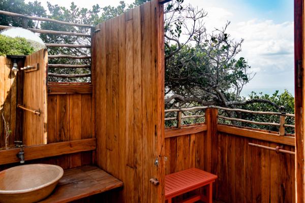 Salle de douche en extérieur avec vue sur les baleines