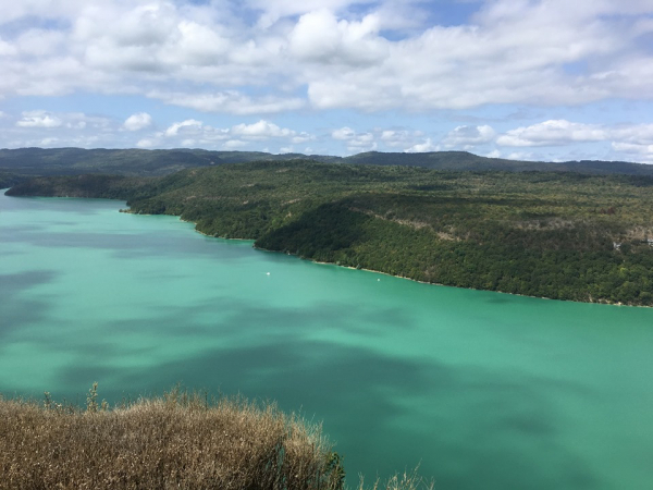 Vue sur le lac de Vouglan depuis la via ferrata (tenez bien votre téléphone, et faites confiance à la corde qui vous retient à flanc de falaise !).