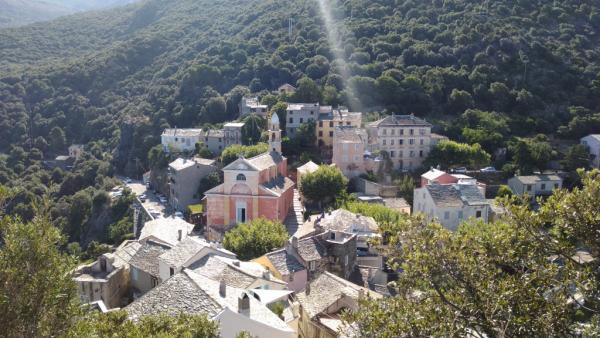 L'église au centre de Nonza vue depuis la tour