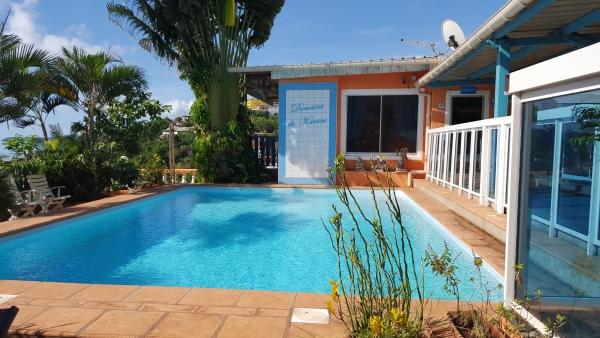 Terrasse avec piscine avec vue sur le lagon