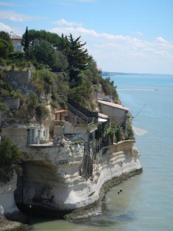 Vue sur les habitations troglodytiques dans la falaise à Meschers-sur-Gironde