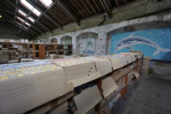 même les murs du stock sont décorés et donnent envie de se mettre à la mosaïque