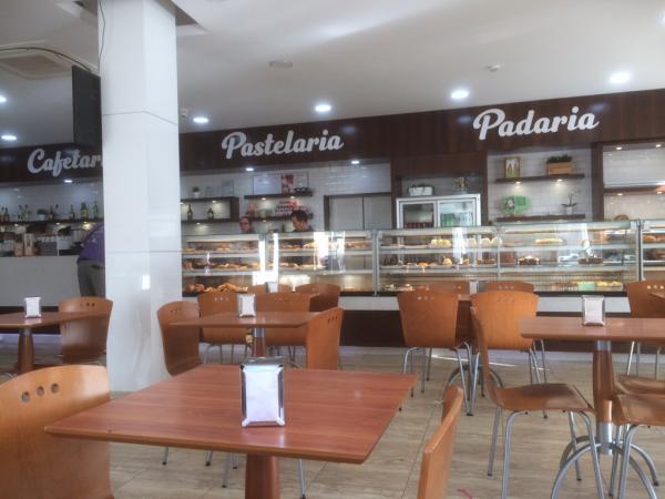 Interieur : tables et vitrine