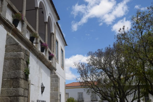 La terrasse qui domine une rue très tranquille