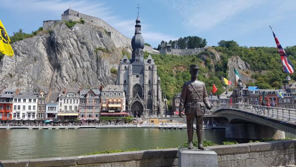 Vue sur la citadelle depus la rive opposée et la statue