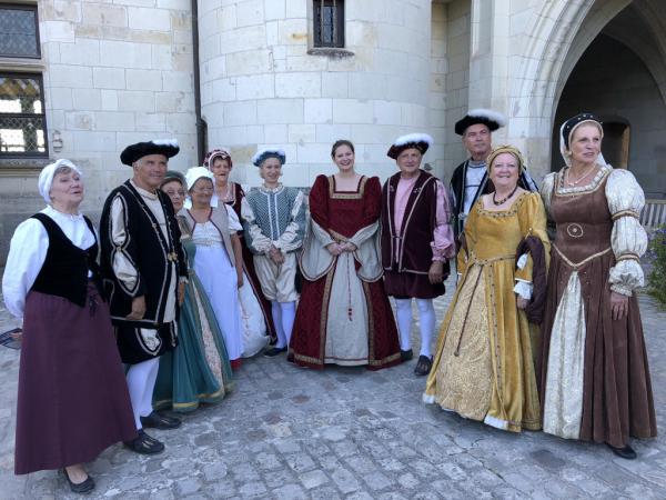 Personnages habillés en tenue d'epoque