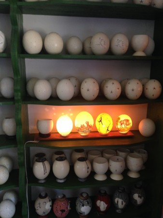 Quelques exemples d'oeufs d'autruche sculptés ou en mode lampe!