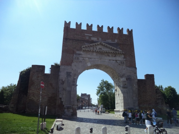 L'arc d'Auguste avec un morceau des murailles