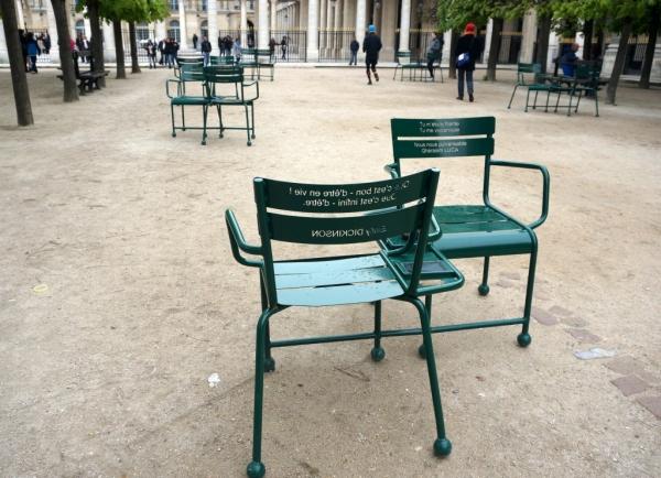 on peut  écouter des textes en branchant ses écouteurs sur les sièges à l'entrée des jardins.