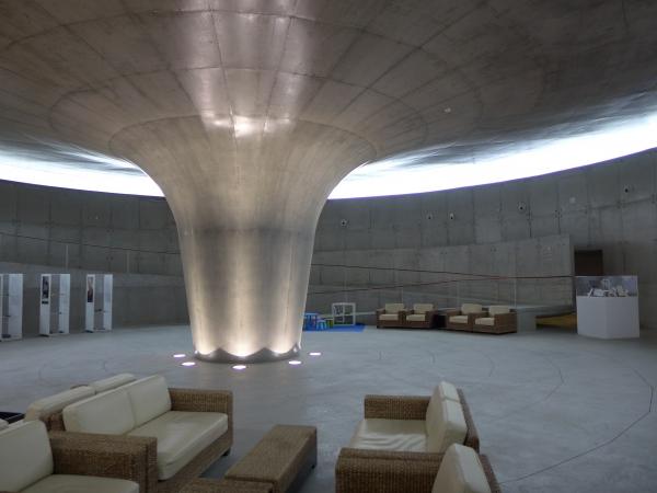 Centre d'interprétation en forme de cône volacanique.