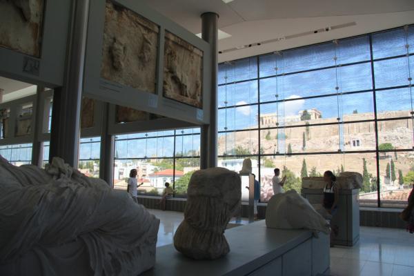 Les sculptures et l'Acropole en un seul coup d'œil.