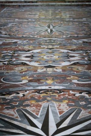 le pavement de marbre de l'eglise