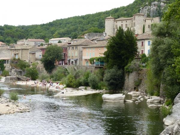 Vue d'ensemble du village et son château