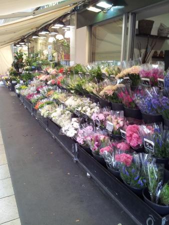 Devanture du magasin remplie de fleurs