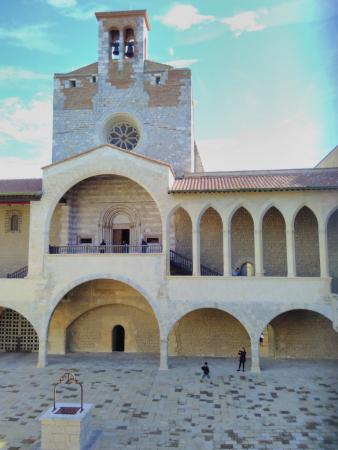 Vue de la cour intérieure, Palais des Rois de Majorque, SB, 2017.