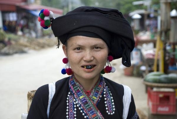 Ethnie Lu avec les dents laquve en noire