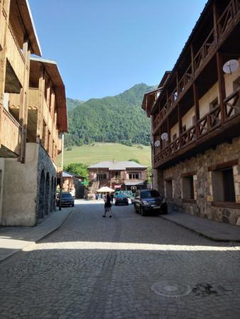 Une rue du vieux Mestia.