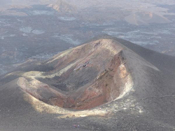 Ile de Fogo: vue sur le cratère du Petit Pico en descendant du Pico de Fogo