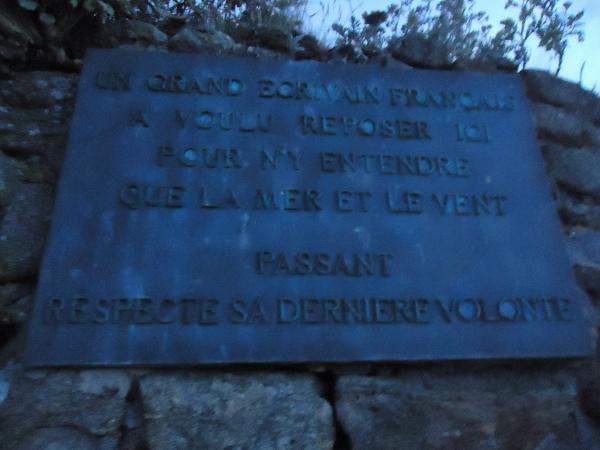 Inscription plaque funéraire de Chateaubriand situé au Petit Bé (St Malo)