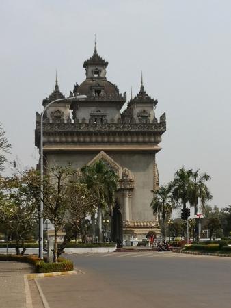 Vue du Patuxai depuis la grande avenue