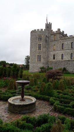 Le jardin raffiné derrière le château