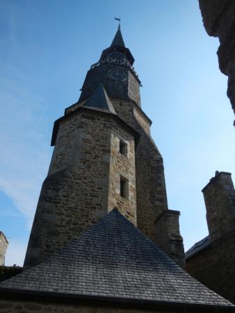 Gros plan sur la Tour de l'Horloge à Dinan