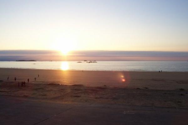 Coucher du soleil sur la plage du sillon