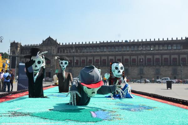 Exposition sur les migrants pour Dia de muertos sur le Zocalo