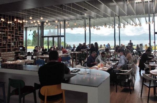 La salle et sa vue sur le lac Léman
