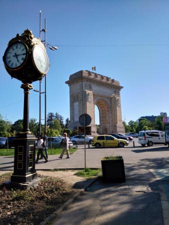 Vue de l'arc de triomphe depuis le parc Herastrau.