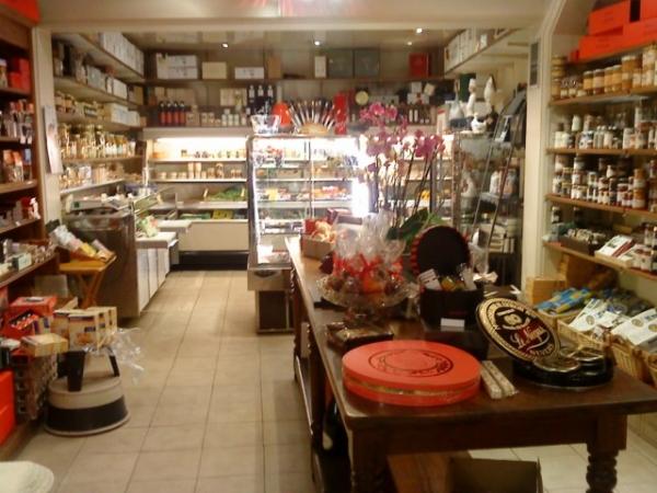 Fleurs de sel au piment d'espelette, huiles d'olive, vinaigres ... que des idées sans oublier les fromages (roquefort, St Marcellin), laitages, foie gras, truffes, caviar, quenelles de brochet, salaisons... une cave extraordinaire, des vins de Pouilly Ladoucette, du bordelais, du Languedoc, du kir de Dijon.