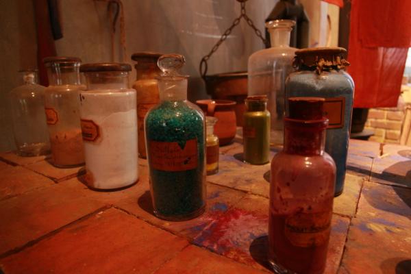 Les petits flacons de l'atelier de teinture des tissus.