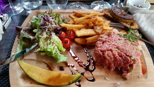 Le tartare facon le clin d oeil,  boeuf français maison avec sa tartine grillée et sa tranche de foie gras poêle. ...un délice.