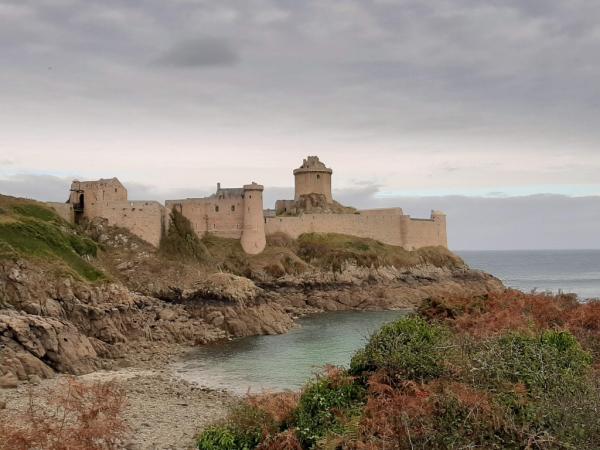 Vue du Fort depuis le sentier vers la mer.