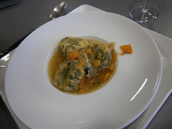 Ravioles aux épinards frais et pignons dans son bouillon thaï