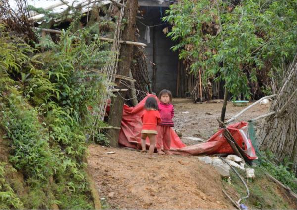 Enfants d'un hameau du côté de Xin Caï dans la zone contrôlée par la police à la frontière vietnamo-chinoise.