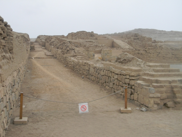 Rue principale bordée par un mausolée Pyramide à gradins pré inca