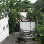 vue de la terrasse sur un dépotoir de voitures et de jet skis