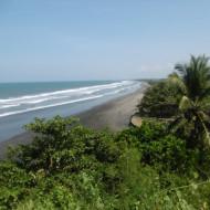vue de la plage en contrebas du temple