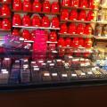 chocolatière avec le mur de thé en arrière plan