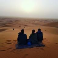 lever de soleil dans le désert du sahara à Merzouga