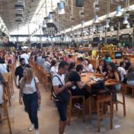 L'intérieure très bondé du Mercado da Ribeira.  À essayer, un choix de repas très variés