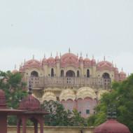 vue de l'arrière du Palais des Vents depuis le site