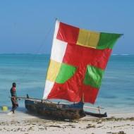 Ankasy Lodge, au beau milieu du lagon d'Ambatomilo, pirogue à balancier des pêcheurs Vezo